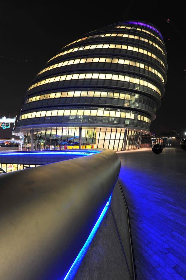 Ville hôtel de Londres allumé la nuit photos stock