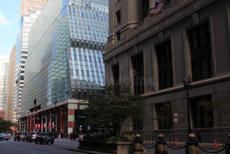 : Ville hôtel et James R Thompson Center ou état du bâtiment de l'Illinois, Chicago image stock