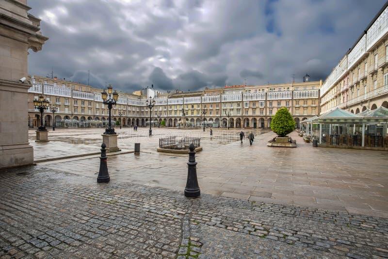 Ville hôtel et statue de Maria Pita sur la place sur le site de vacances populaire de Maria Pita parmi des gens du pays et des to photo stock