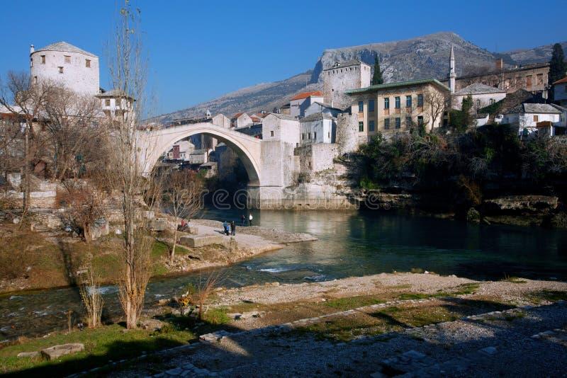Ville historique avec des bâtiments de période de tabouret et rivière Neretva à vieux Mostar photos libres de droits