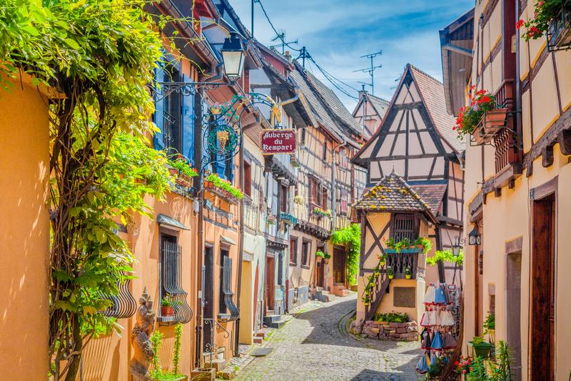 Ville historique d'Eguisheim, Alsace, France photographie stock libre de droits