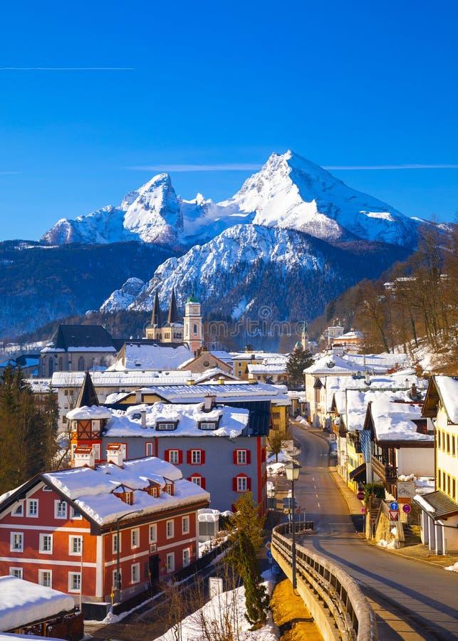 Ville historique de Berchtesgaden avec la montagne c?l?bre de Watzmann ? l'arri?re-plan, parc national Berchtesgadener, Bavi?re s photos libres de droits