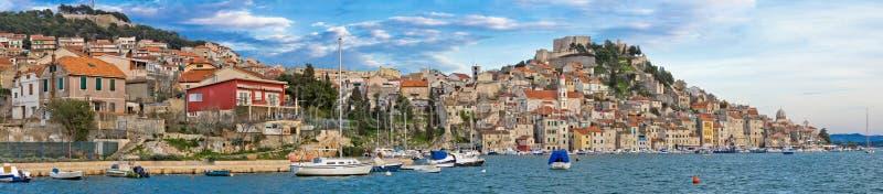 Ville historique de panorama de bord de mer de Sibenik photographie stock