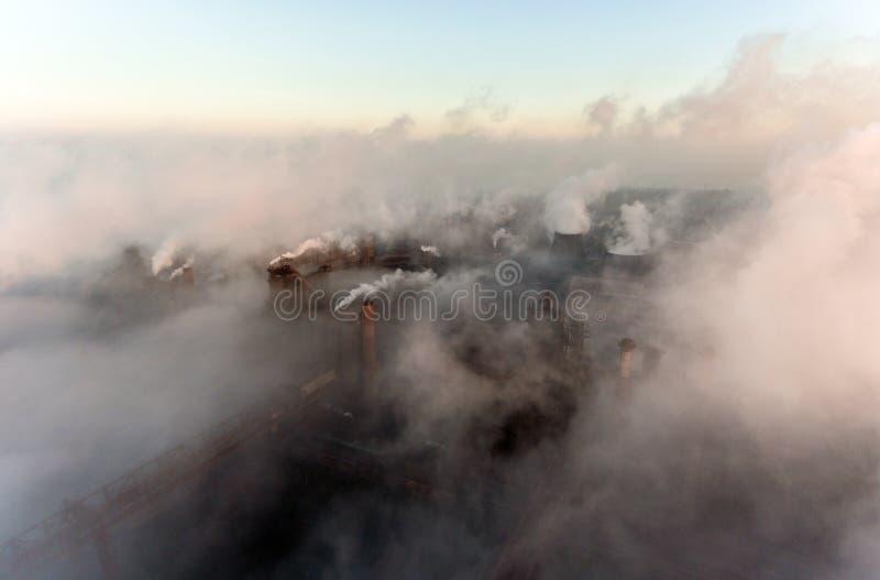 Ville industrielle de Mariupol, Ukraine, dans la fumée des ensembles industriels et du brouillard à l'aube images libres de droits