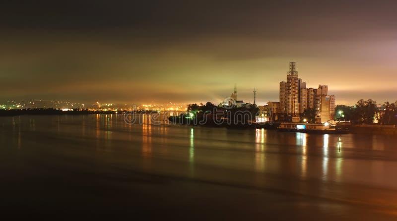 Ville industrielle de nuit reflétée dans le fleuve photo libre de droits