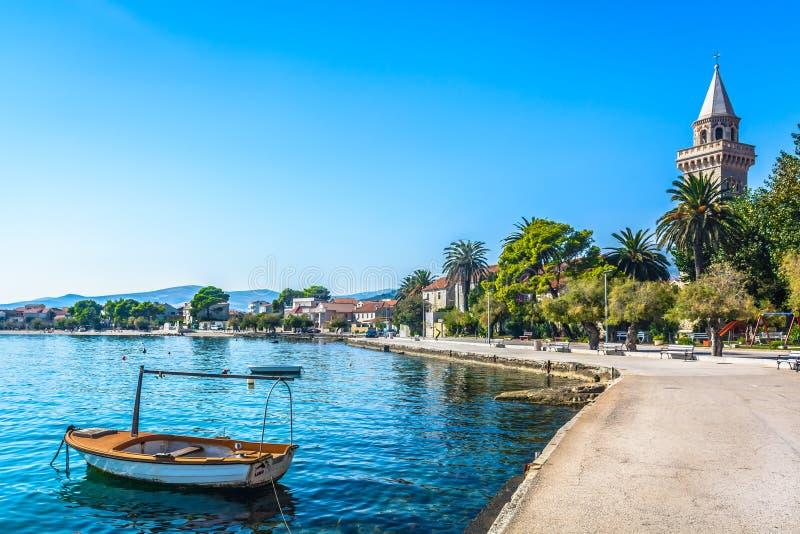 Ville Kastela dans la banlieue de la fente, Croatie images stock