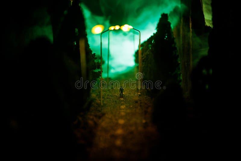 Ville la nuit en brouillard dense Brouillard enfumé épais sur une rue sombre Silhouettes de l'homme sur la route Décoration de Ta photos stock