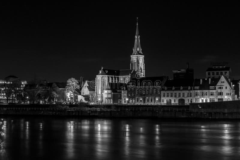 Ville la nuit Rivière de Maas dans le premier plan image stock