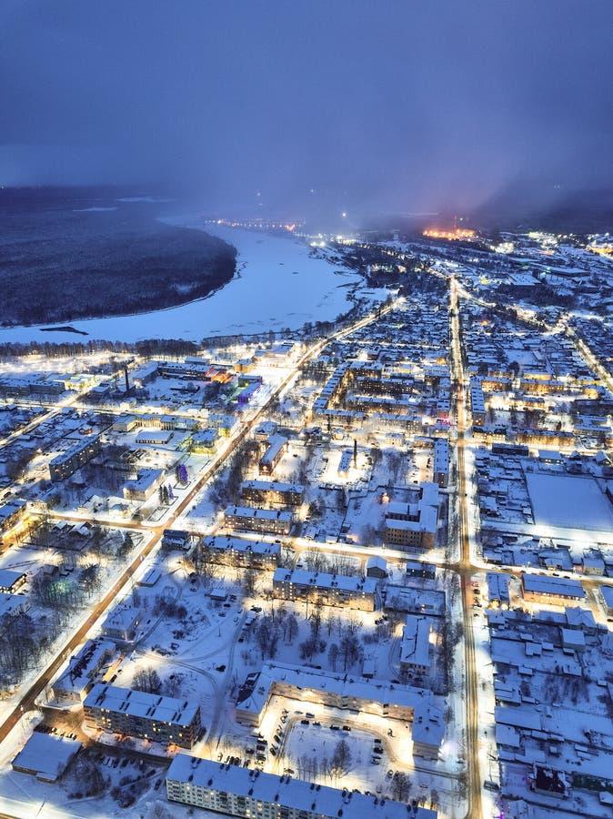 Ville le soir, paysage urbain d'hiver photographie stock libre de droits