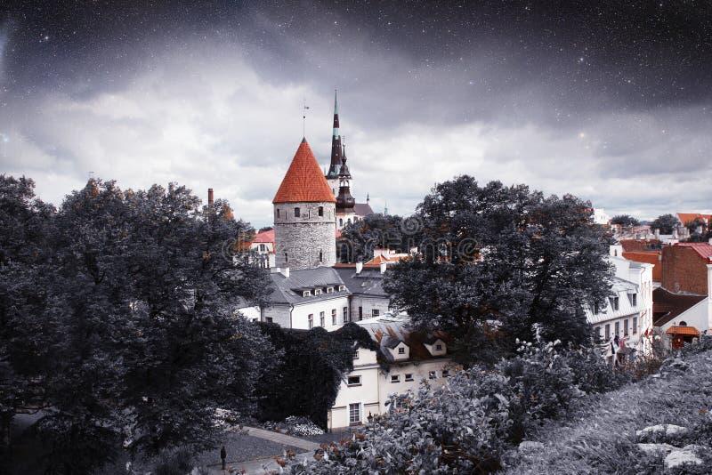 Ville médiévale sous les étoiles photos libres de droits