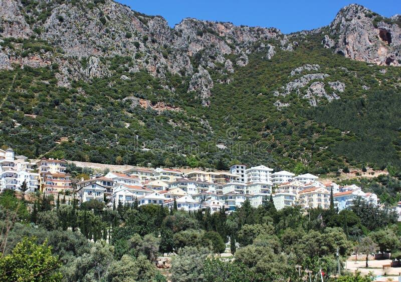 Ville méditerranéenne avec les toits carrelés rouges sur le flanc de montagne image libre de droits