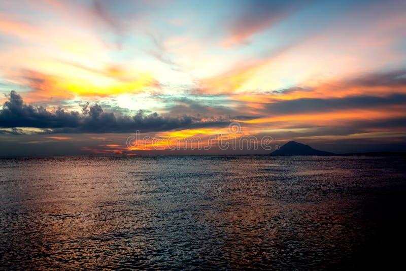 Ville Manado, ciel dramatique du nord de Sulawesi et volcan images libres de droits