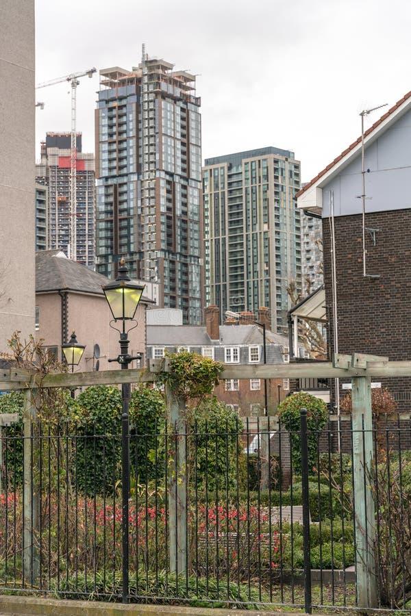 Ville moderne de concept viable de développement urbain entourée par paysage vert de nature Concept vert de ville photographie stock