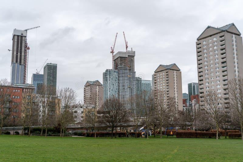 Ville moderne de concept viable de d?veloppement urbain entour?e par paysage vert de nature Concept vert de ville images stock