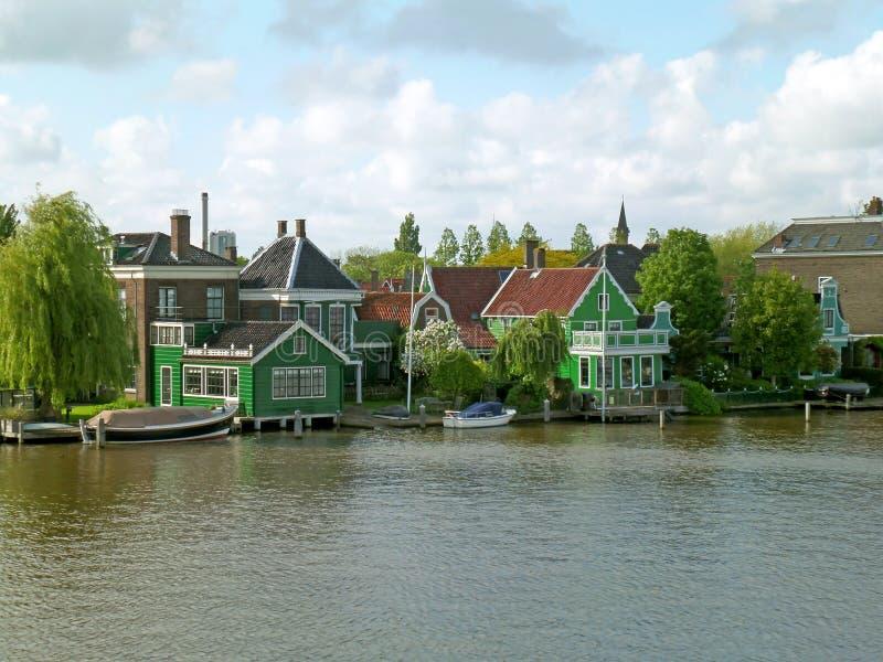Ville néerlandaise impressionnante sur la rive de Zaan, site historique dans Zaanstad, Pays-Bas photos stock