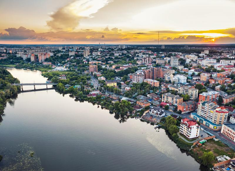 Ville ou ville de province provinciale européenne panoramique avec la rivière, photo Vinnitsa, coucher du soleil d'air de bourdon photographie stock libre de droits