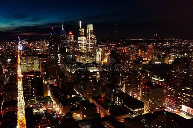 Ville Philadelphie de centre de vue a?rienne et abords la nuit photo libre de droits