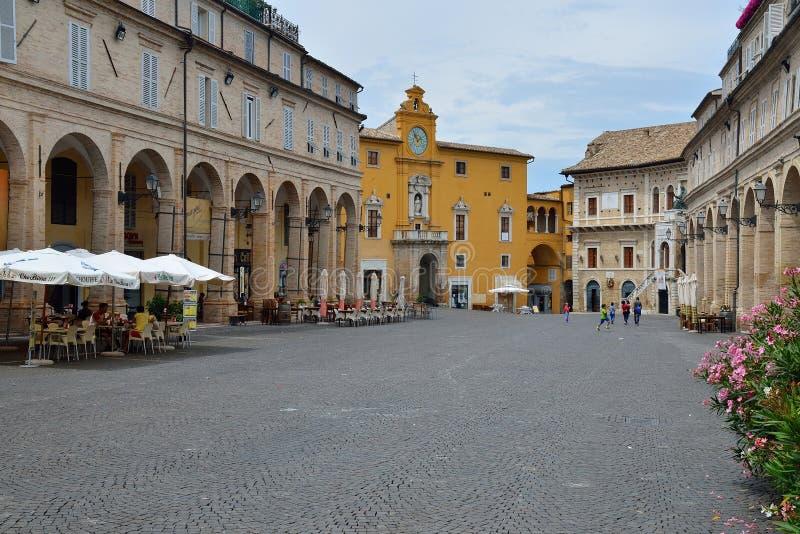 Ville Piazza del Popolo de Fermo photographie stock libre de droits