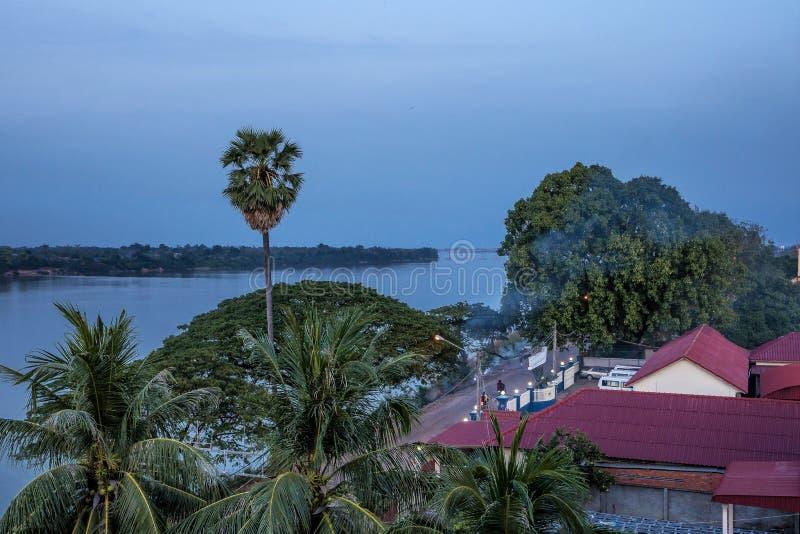 Ville piquée de Treng chez le Mekong au Laos images stock
