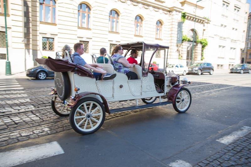 Ville Prague, R?publique Tch?que Des touristes sont rendus visite en une rétro voiture le long des vieilles rues de ville 2019 25 photo stock