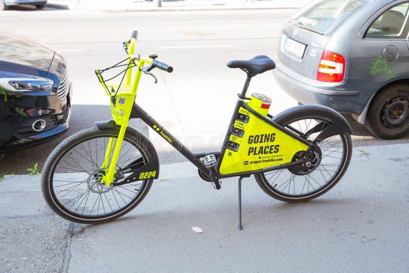 Ville Prague, R?publique Tch?que Il y a une bicyclette de location sur la rue 2019 24 avril image stock