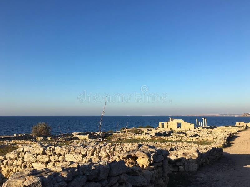 Ville romaine antique de temps en Crimée Colonnes antiques d'archéologie sur le fond de ciel bleu image libre de droits