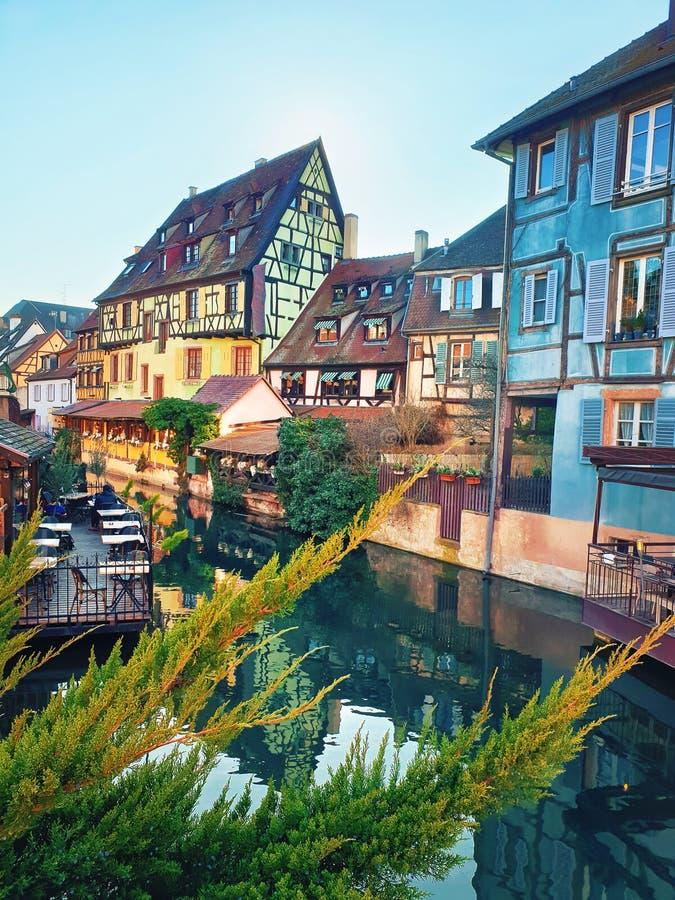 Ville romantique color?e Colmar, France, Alsace Maisons traditionnelles pr?s de la rivi?re Fa?ade ? la maison m?di?vale, ville hi photo libre de droits