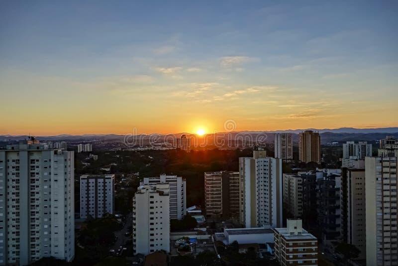 Ville Sao Jose Dos Campos, PS/Brésil, à la photo de coucher du soleil photographie stock