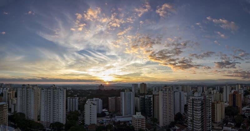 Ville Sao Jose Dos Campos, PS/Brésil, à la photo de panorama de coucher du soleil image stock