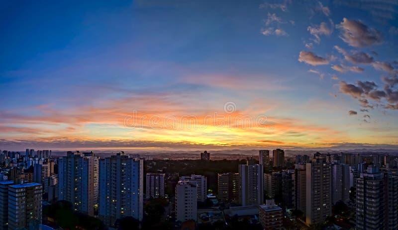 Ville Sao Jose Dos Campos, PS/Brésil, à la photo de panorama de tombée de la nuit photographie stock