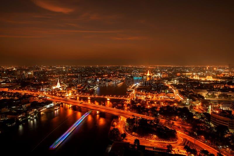 Ville Scape, panorama de Chao Praya River Vue de rivière donnant sur le pont de Phra Phuttha Yodfa, le pont commémoratif et le Wa images libres de droits