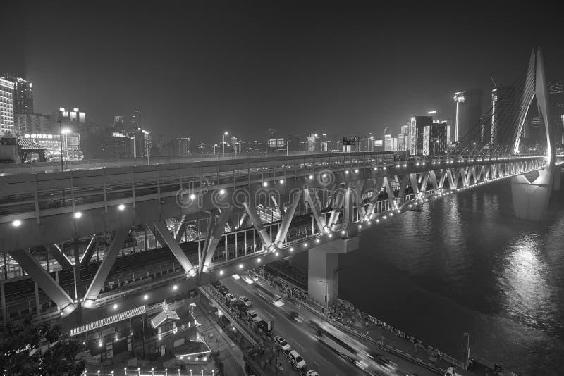 Ville serrée de Chongqing en centre ville enveloppée dans le brouillard enfumé la nuit images libres de droits