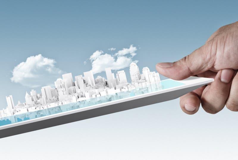 Ville sur la tablette d'écran tactile comme concept photos libres de droits