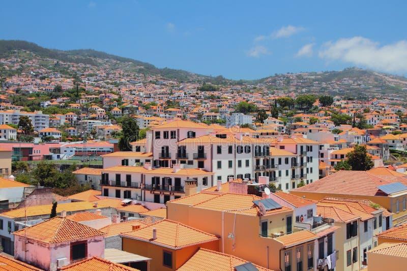 Ville sur le flanc de coteau dans le jour ensoleillé Funchal, Madère, Portugal photo stock