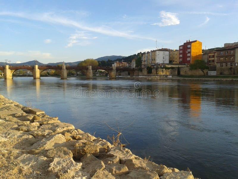 Ville sur le fleuve image stock