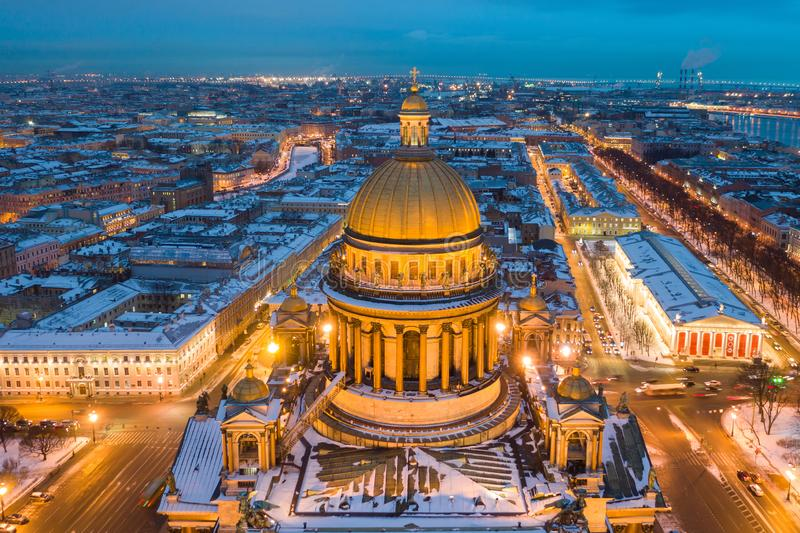 Ville sur Neva Soir?e St Petersburg Vue de cath?drale du ` s de St Isaac image libre de droits