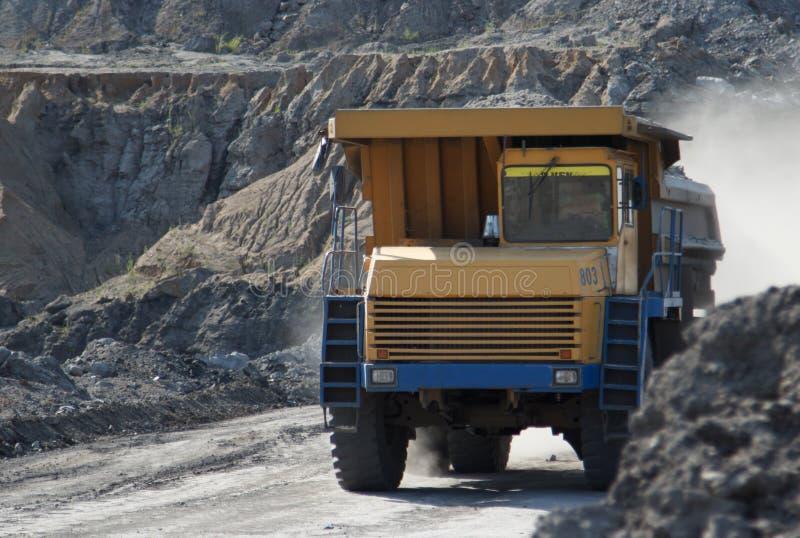 Villebråddumptruck som arbetar i en kolgruva arkivfoto