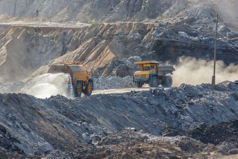 Villebråddumptruck som arbetar i en kolgruva royaltyfri foto
