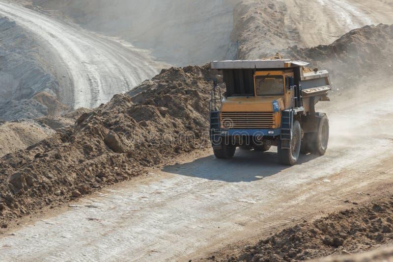 Villebråddumptruck som arbetar i en kolgruva arkivfoton