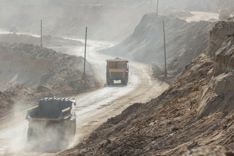 Villebråddumptruck som arbetar i en kolgruva royaltyfria foton