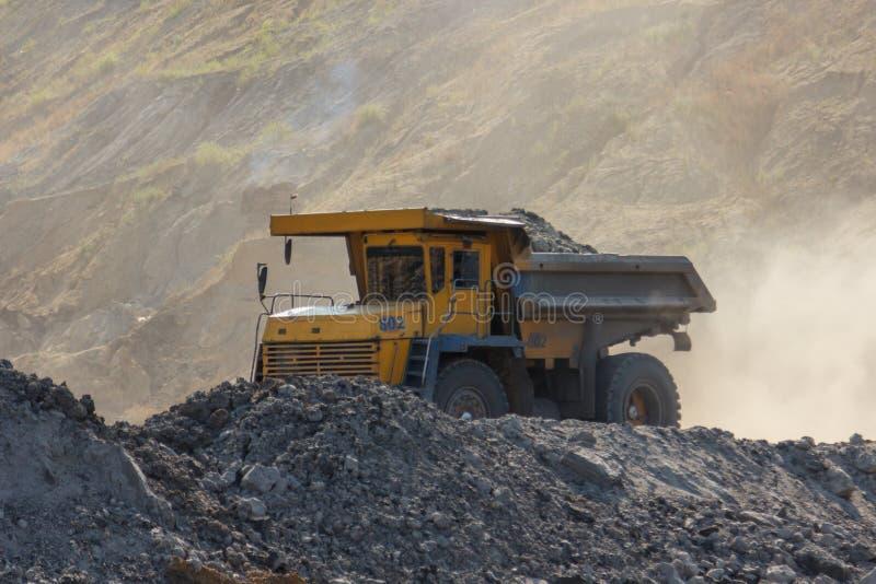 Villebråddumptruck som arbetar i en kolgruva arkivbilder