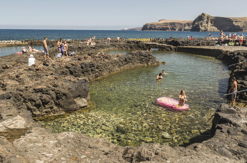 Villeggianti che godono degli stagni a Puerto de las Nieves su Gran Canaria fotografia stock