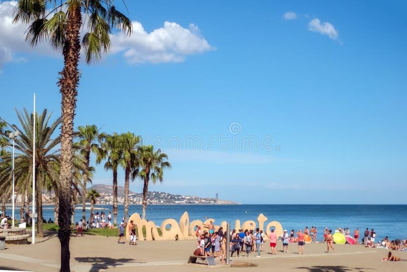 Villeggianti che prendono il sole sulla spiaggia fotografie stock libere da diritti
