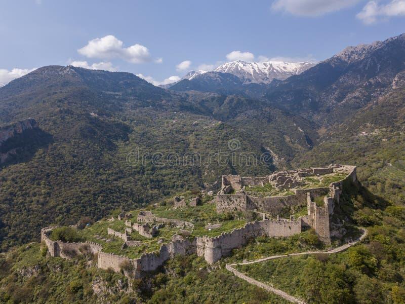 Villehardouin ` s城堡鸟瞰图在米斯特拉斯,希腊被放弃的镇  库存图片