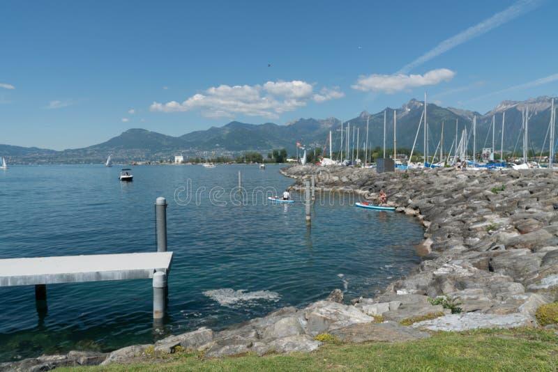 Villeneuve, VD/Suisse - 31 mai 2019 : les femmes disposent à quitter le port de Villeneuve sur le Lac Léman sur une excursion de  images libres de droits