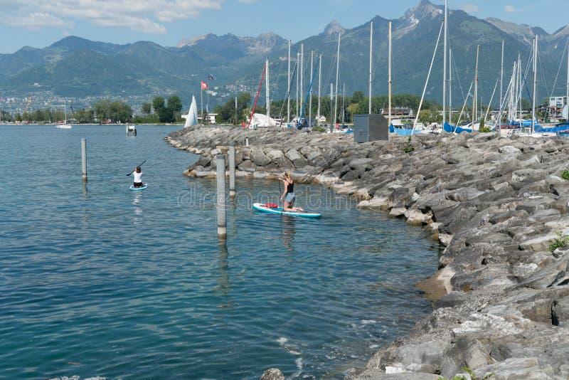 Villeneuve, VD/Suisse - 31 mai 2019 : les femmes disposent à quitter le port de Villeneuve sur le Lac Léman sur une excursion de  photo stock