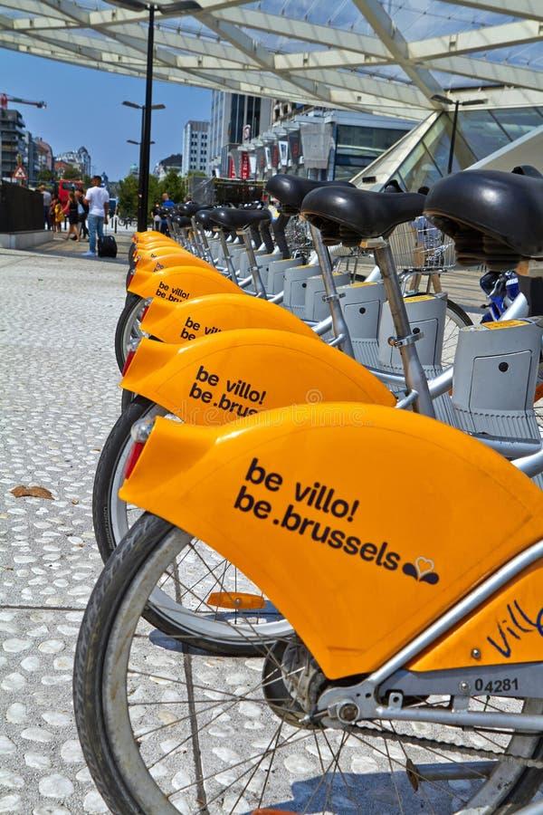 Villo cyklar som parkeras i cykeln som delar stationen på gatan Offentligt trans. i Bryssel arkivfoton