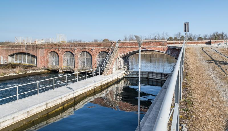 Villoresi运河,意大利 在索姆马隆巴尔多镇附近的最初的部分 免版税库存图片
