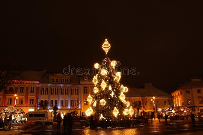 Vilna, Lituania 12-24-2018: 2018 años de árbol de navidad en Vilna, cuadrado de Rotuses, Lituania fotografía de archivo libre de regalías