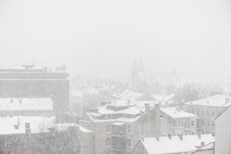 VILNA, LITUANIA - 24 de diciembre de 2012: Día Nevado en Vilna, Lituania fotos de archivo libres de regalías